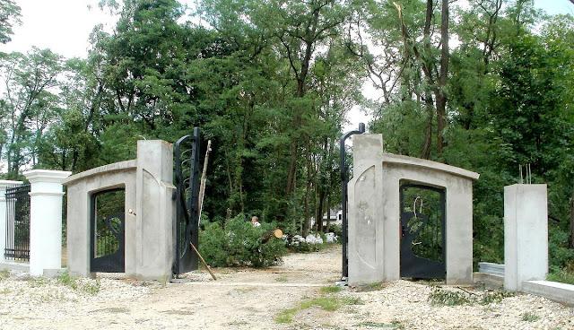 Giełzów, nowa brama wjazdowa na teren posesji, lipiec 2011 rok. Foto. Paweł Kałwiński.