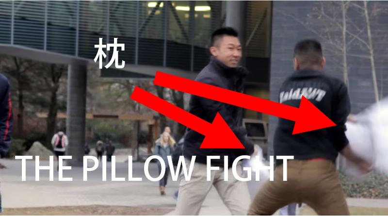 枕を渡されたらファイトの合図!PILLOW FIGHT