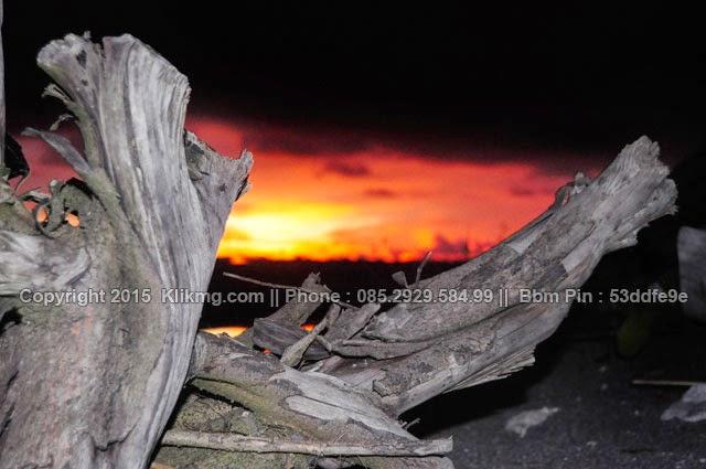 Menungu Terbenamnya Matahari Di Pantai Samas Tgl : Kamis / 26 / 02 / 2015