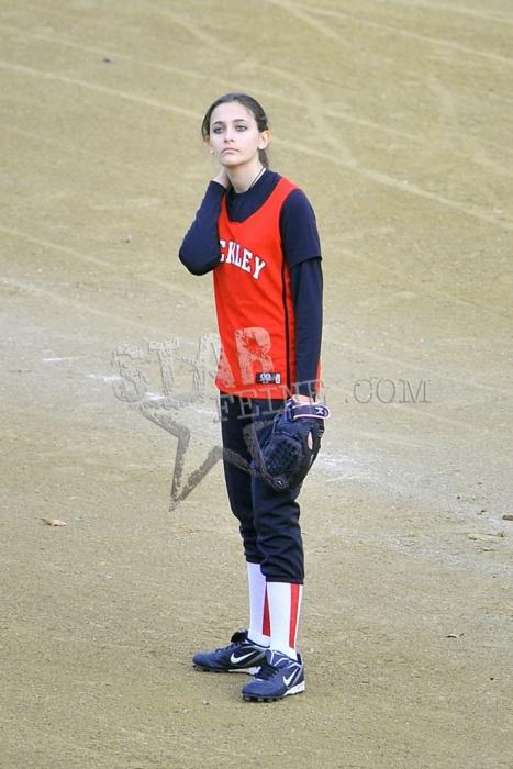 Paris joga softball; Prince e Blanket assistem Tumblr_lxpqqqdEnx1qjv1ldo1_500