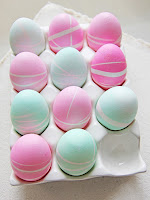 Великденски яйца в нежни неонови тонове направени с лентички