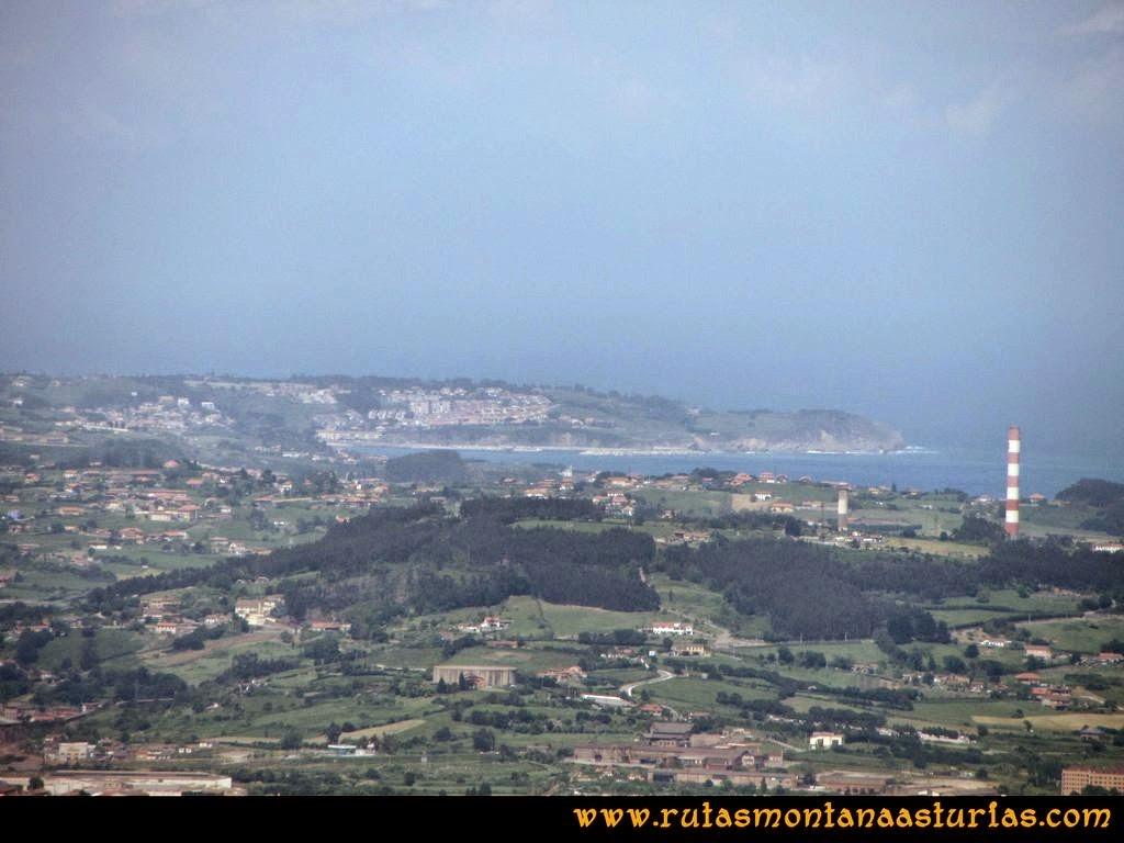 Senda Verde Camocha - Pico Sol - Piles: Vista de Luanco desde el Pico del Sol