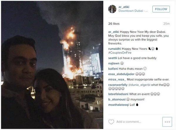 Casal faz selfie sorrindo na frente do hotel em chamas em Dubai