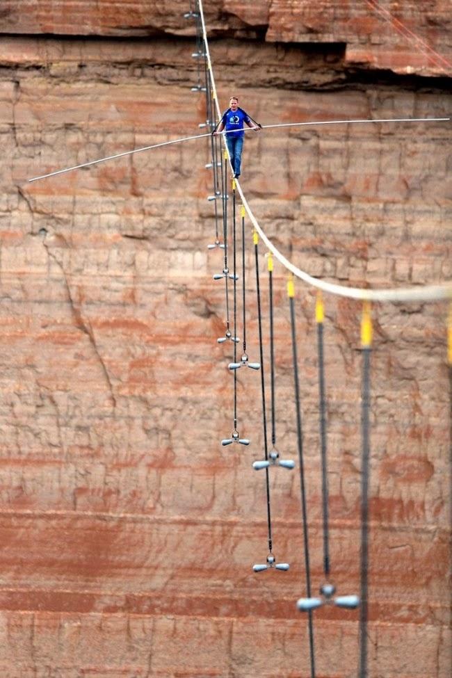 Американский канатоходец Ник Валленда пересекает Большой Каньон без страховки. Металлический трос натянут на высоте более 450 метров. Лас-Вегас, США.