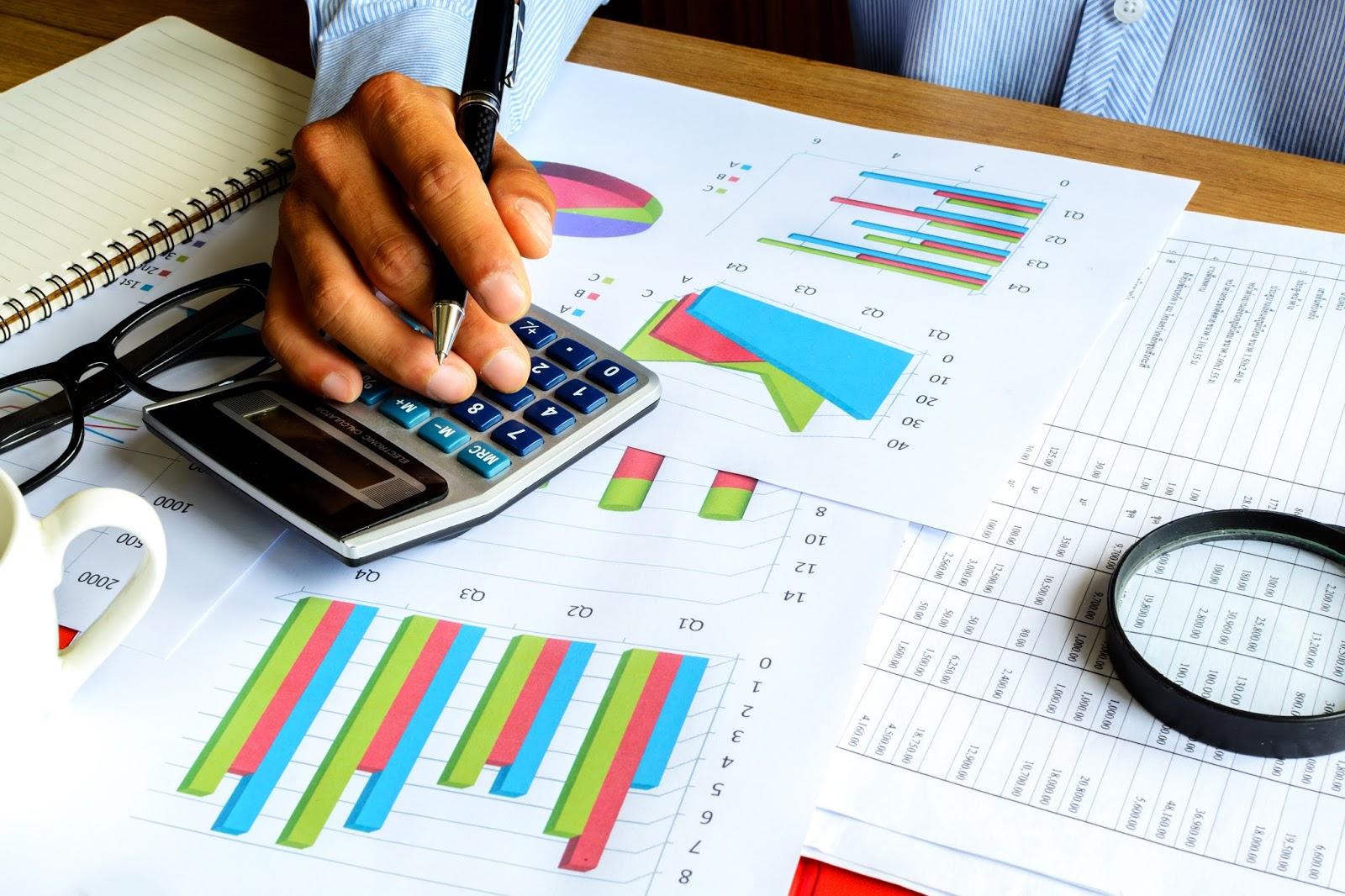 analisis financiero Análisis financieroes una técnica con el fin de evaluar el comportamiento operativo de una empresa, la situación anterior, su diagnóstico de la situación actual y la predicción de los eventos futuros y que, en consecuencia, se orienta hacia la obtención de objetivos previamente definidos.