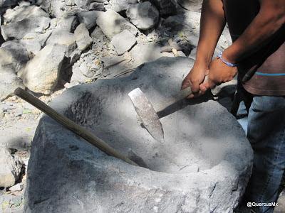 Trabajando en una piedra de cobalto
