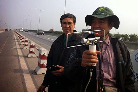 Giáo sư Bằng và ông Phạm Đức Quang, cậu của chồng nạn nhân trong lúc đo đạc trên cầu Thanh Trì