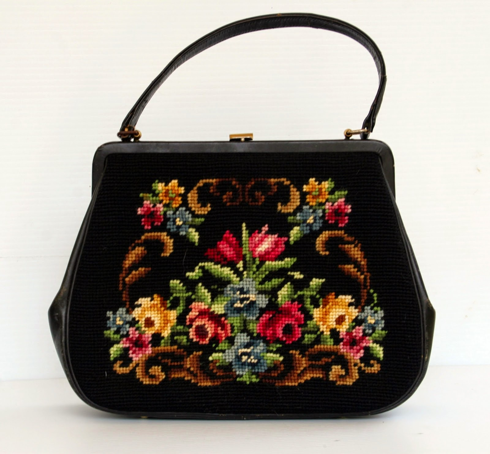 Vizitati blog-ul nostru cu genti vintage! / Visit our Vintage Bags Blog!