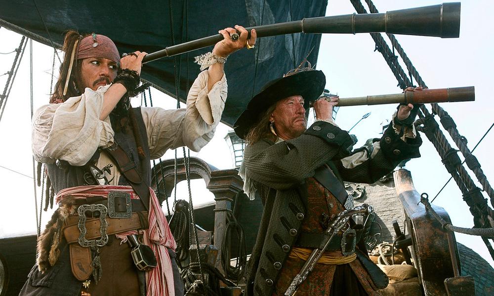 Cena do filme Piratas do Caribe - No Fim do Mundo (2007) onde o capitão Jack Sparrow usa uma luneta gigante