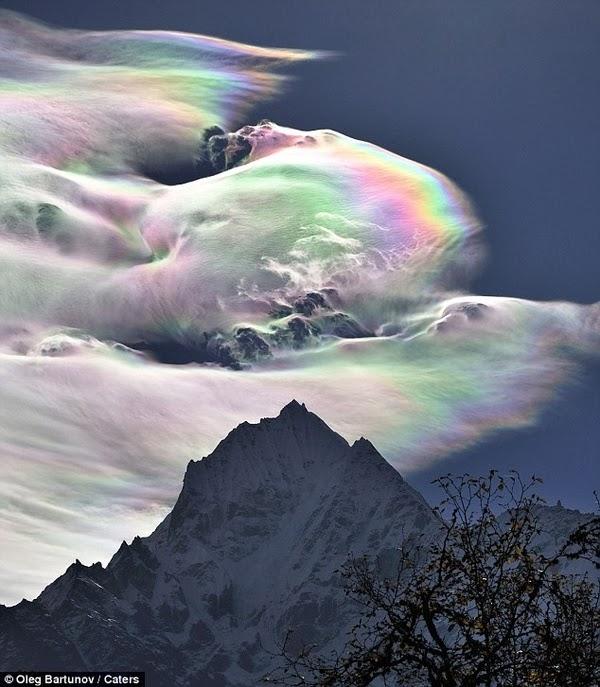 Bienvenidos al nuevo foro de apoyo a Noe #272 / 03.07.15 ~ 09.07.15 - Página 3 Nube+Iriscente+Monte+Everest+en+el+Himalaya.+foto+de+Oleg+Bartunov