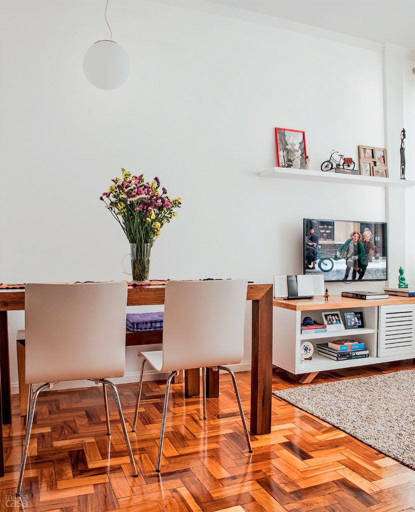 piso de taco escuro combinado com móveis de tons claros - Casa Abril