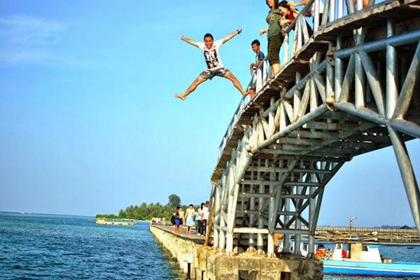 lompat-dari-Jembatan-Cinta-Pulau-Tidung