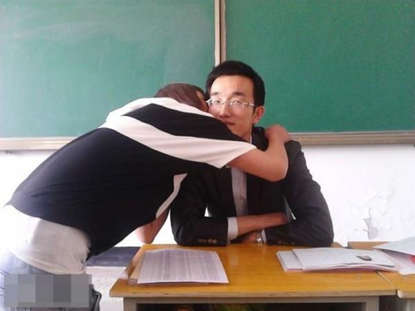 guru cium pelajara