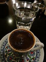 هل تعرف ما فائدة تقديم كوب من الماء مع القهوة ؟؟