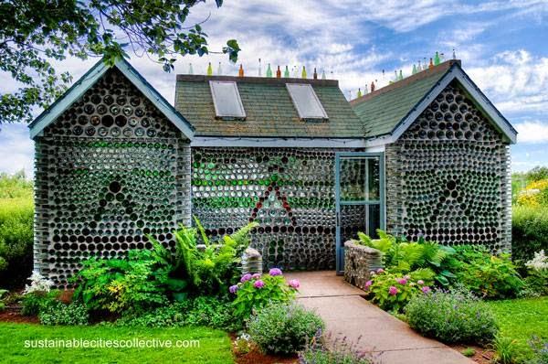 Casa con paredes hechas de botellas recicladas