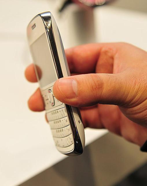 http://2.bp.blogspot.com/-p_1wnaHrmsQ/T03KPHMU80I/AAAAAAAAGa8/AvmXITyZoc4/s1600/8-MWC-2012-Nokia-Asha-302-and-203-Hands-On.jpg