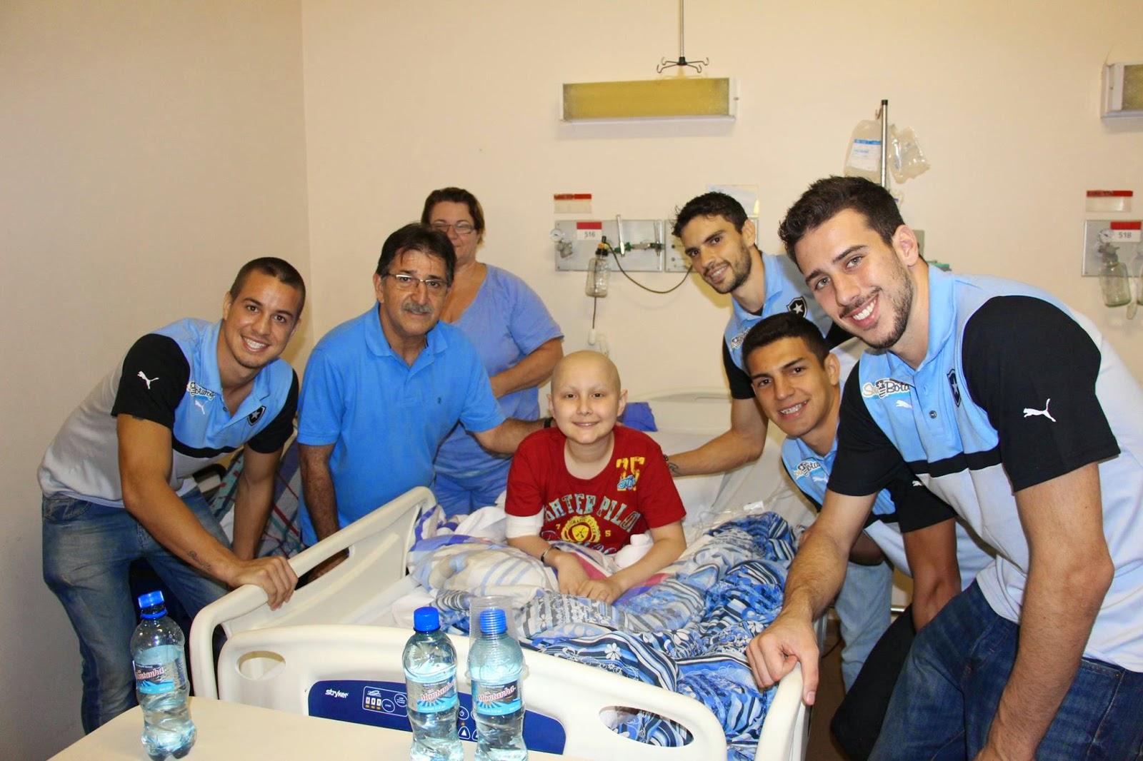 Técnico e jogadores do Botafogo visitam o INCA e emocionam pacientes