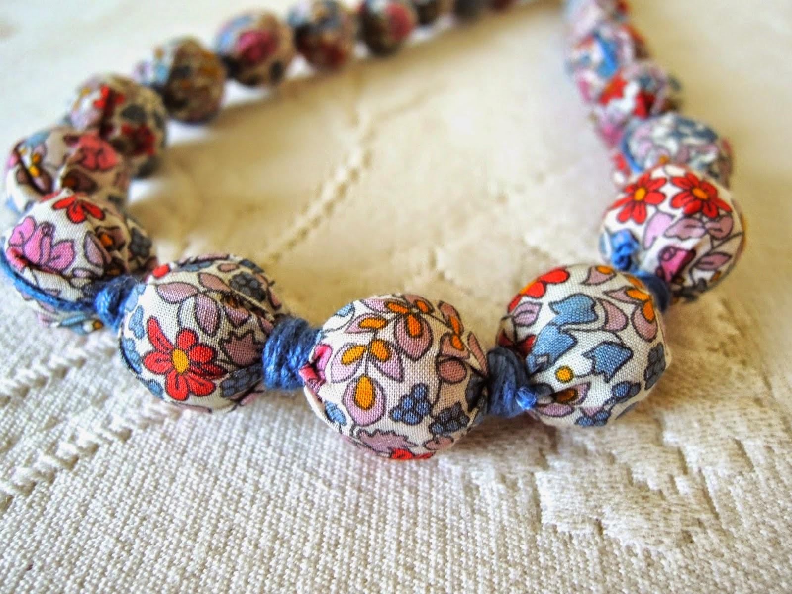 http://soldaeira.blogspot.pt/2015/01/colar-de-tecido-fabric-necklace.html