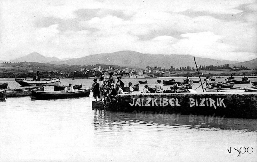 fotografía antigua del puerto de hondarribia con niños retocada con una pintada de jaizkibel bizirik
