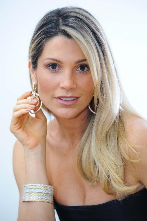 Flávia Alessandra deseja Feliz 2013 para Caroline Alves b04f3a31cf