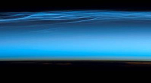 Awan misterius ini hanya dapat dilihat dari pesawat udara, Stasiun Ruang Angkasa, atau kadang-kadang terlihat dari daratan saat senja - [http://zootodays.blogspot.com]