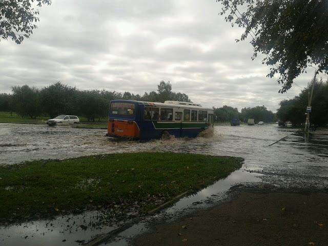 Автобус едет по бампер в воде по проспекту Интернациональный в городе Комсомольск на Амуре