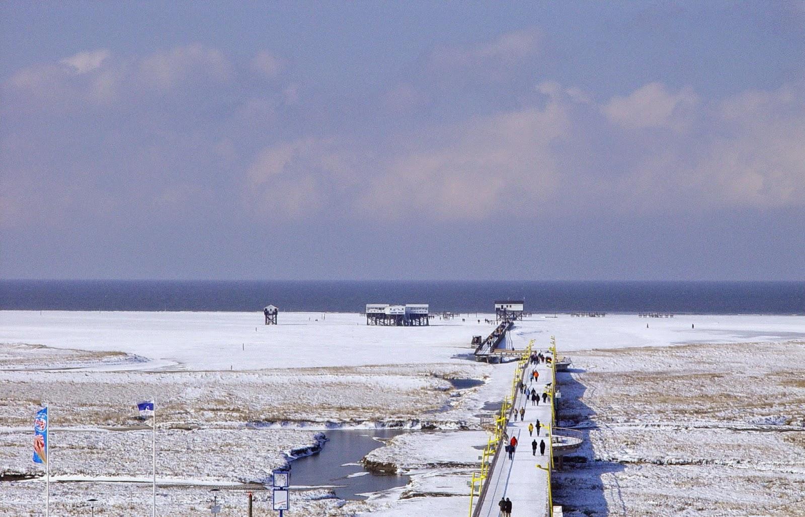 Winterfoto mit viel Schnee - Fotografiert von der Dachterrasse des Hotels Ambassador in St. Peter-Ording