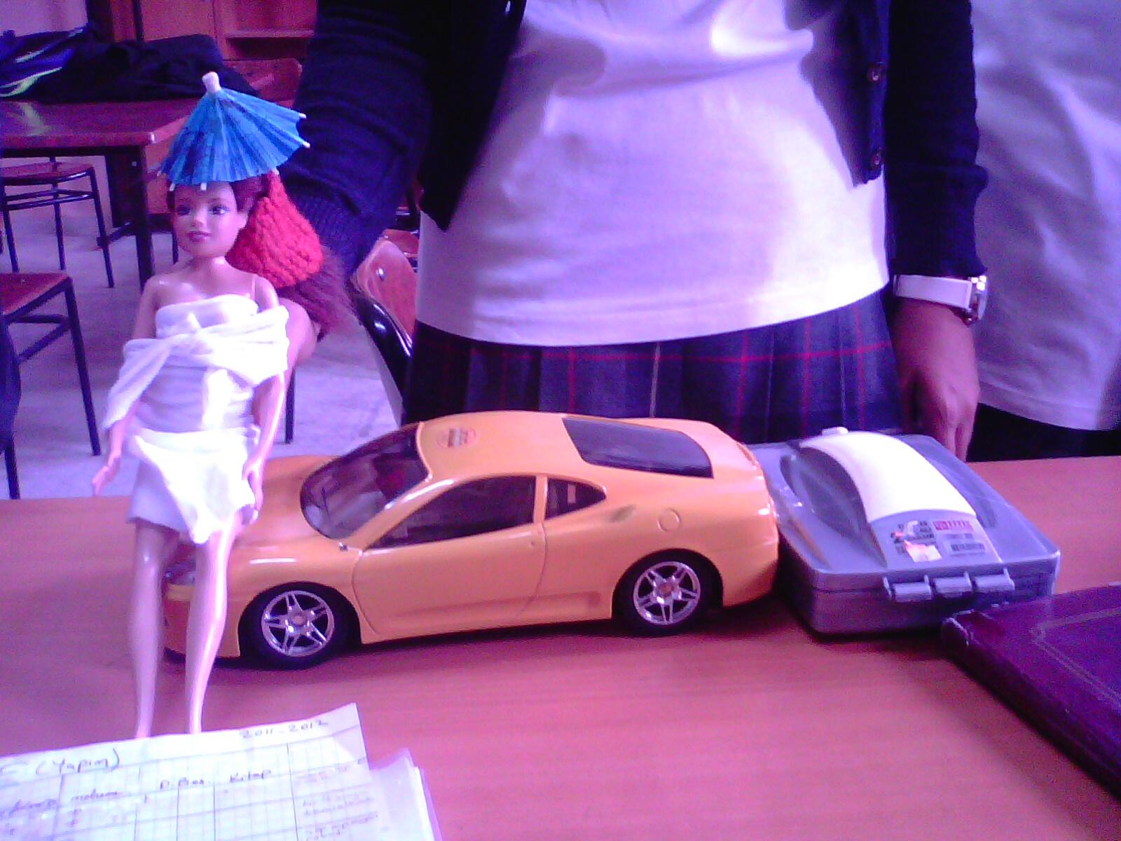 Emre oyuncak arabanın arkasına süpürge monte etti