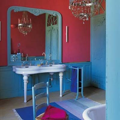 Diseño de Baño con colores fuertes y espíritu barroco