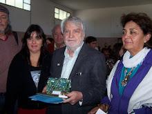 Osvaldo Bayer y la antropóloga Marcela Guerci en la imposición de nombre a la Escuela 503 de Azul