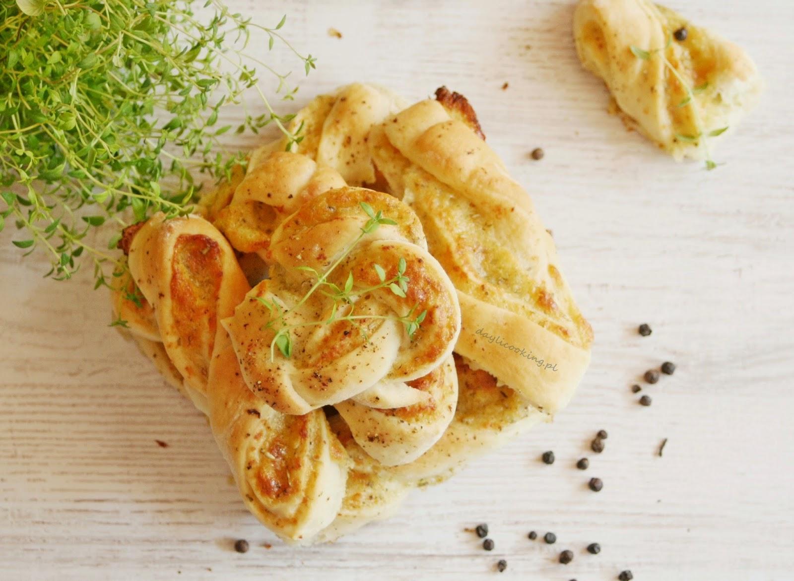 Wytrawne drożdżówki z serem, cebulą i ziołami