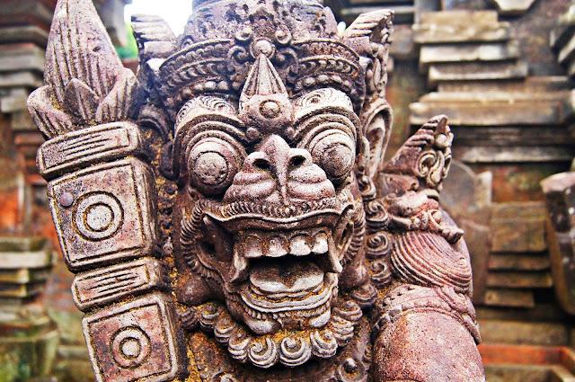 Típica estatua balinesa