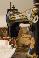 Reemplazar correa de una máquina de coser antigua con una media panty