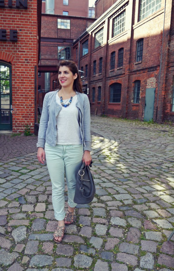 Ein helles Outfit in weiß blau grau mit einer mint Hose und einer Statementkette