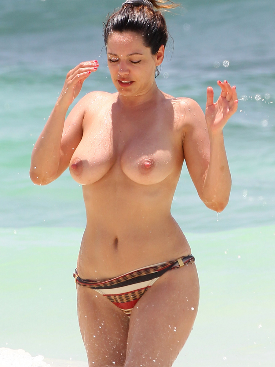 kelly brook topless big boobs bikini candids on the beach in cancun