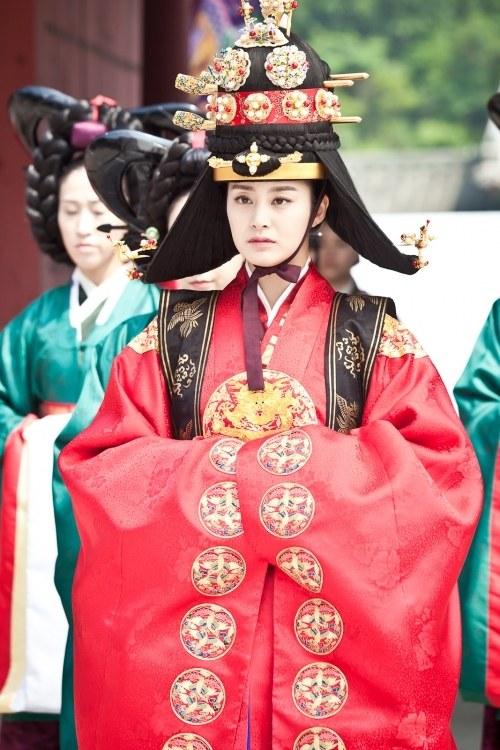 Jang Ok Jung (Kim Tae Hee) lên ngôi hoàng hậu 1