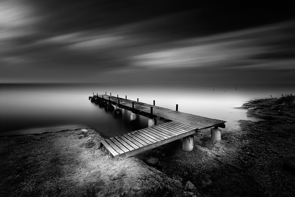 03-Vassilis-Tangoulis-The-Sound-of-Silence-in-Black-and-White-Photographs-www-designstack-co