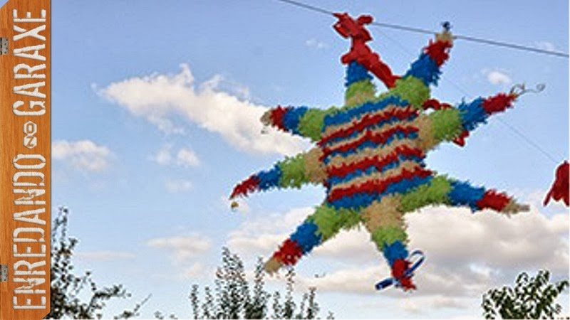 Decorando una piñata con papel pinocho de colores. Enredandonogaraxe