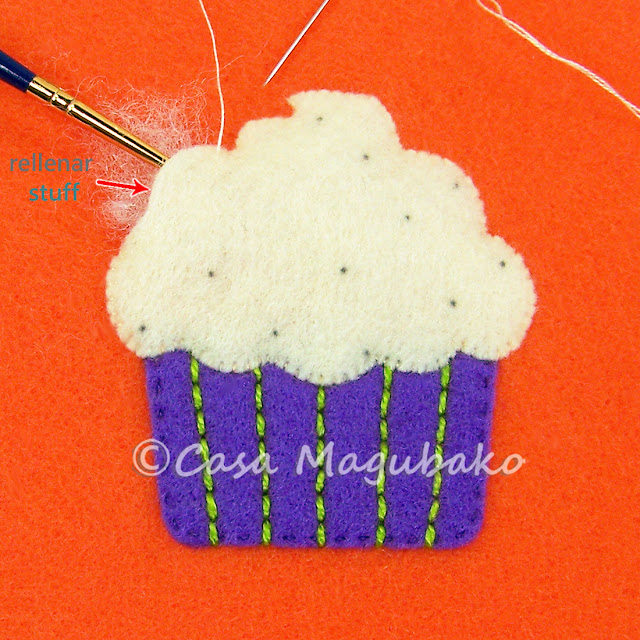 Cupcake Treat Bag Tutorial - Stuffing Icing Piece by casamagubako.com