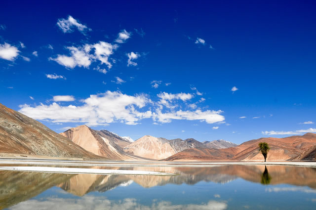 Pangong Tso: Un inmenso lago entre las cumbres del Himalaya. Ladakh, India, Tíbet, China.