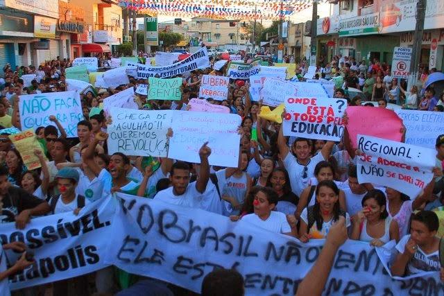 multidão protestando