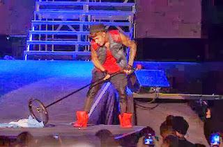 Justin Bieber patea y arrastra la bandera Argentina