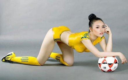 Model Cantik  Telanjang Seksi Berpakaian Ala Sepakbola