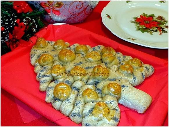 Un tavolo per quattro pane albero di natale - Tavolo attrezzato per impastare ...