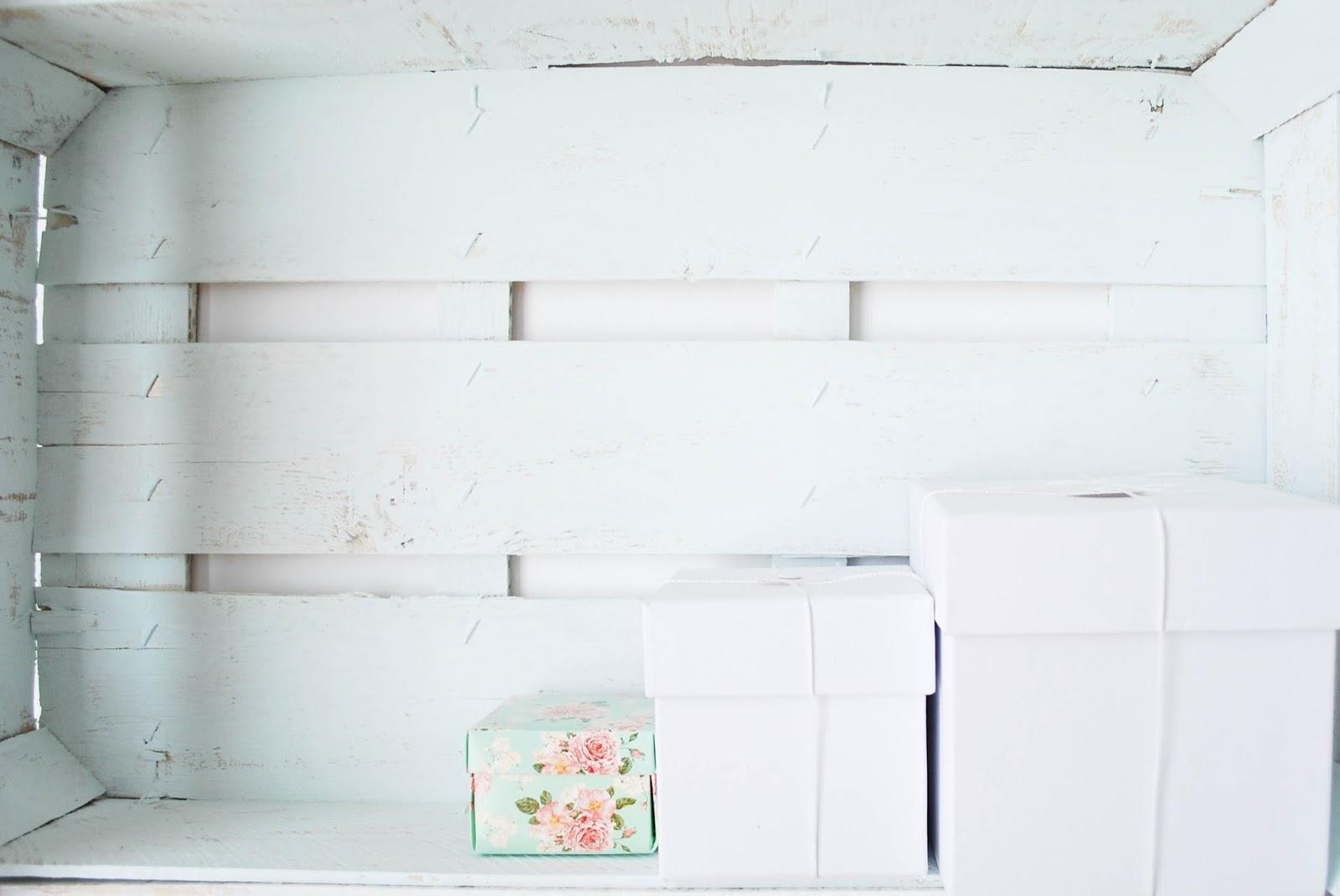 http://www.hommum.com/2014/05/diy-mi-estanteria-con-cajas-de-fruta.html #diy #woodenboxes #estanteríaconcajas