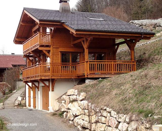 Casa chalet suizo en terreno de montaña sobre pendiente positiva