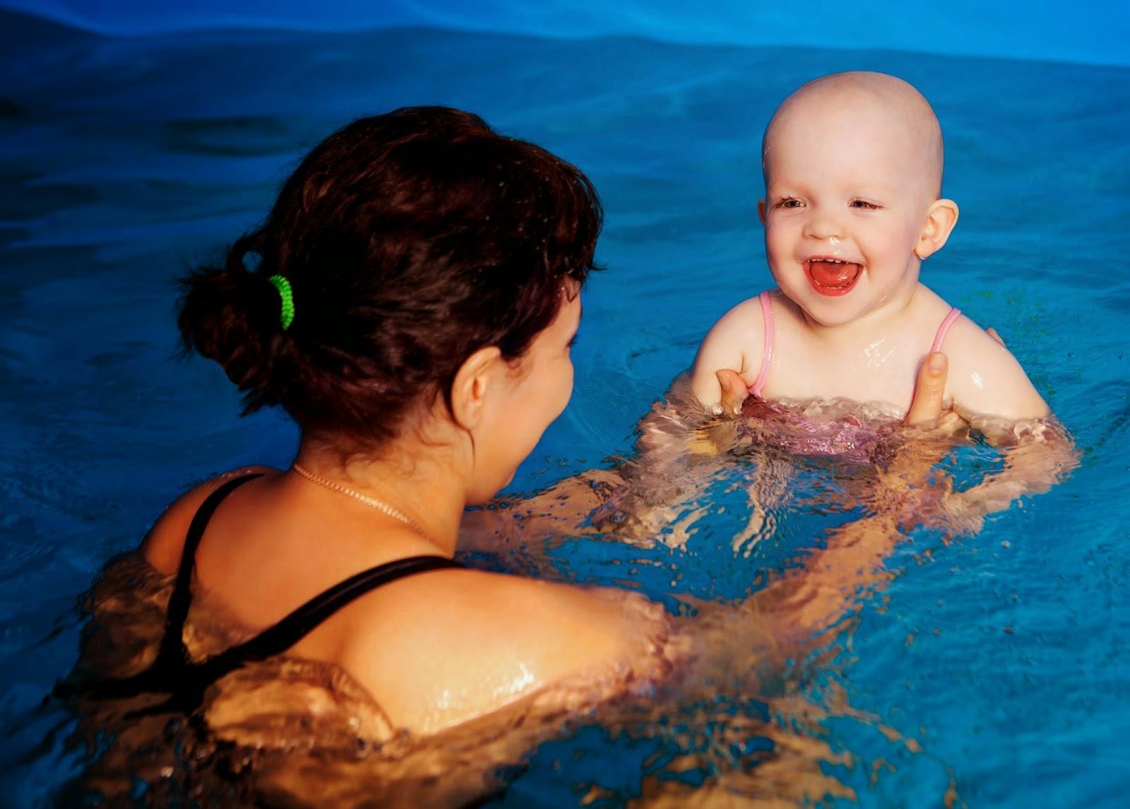 Tips Aman Mengajak Bayi Berenang