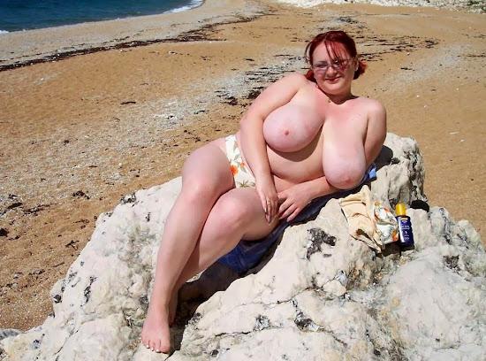 esposa gordinha com peitões de topless na praia