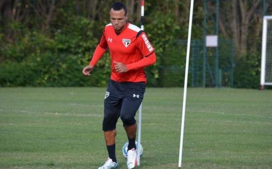 Luis Fabiano sofreu um corte no pé na partida contra o Figueirense