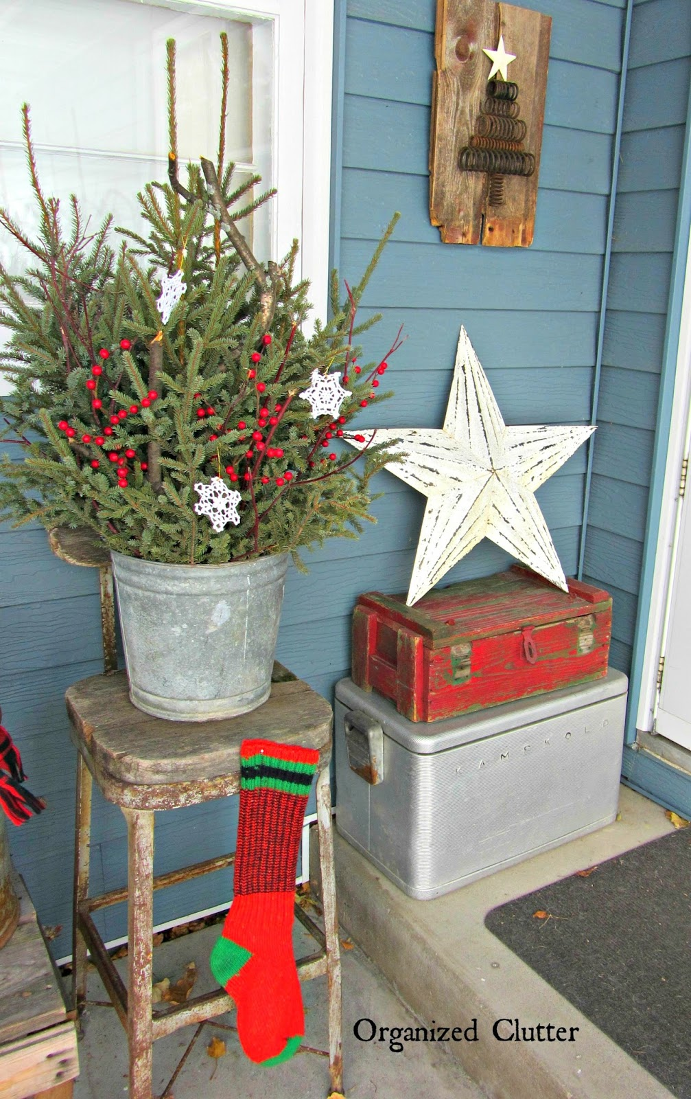 Junkers unite with an outdoor rustic christmas vignette for Old milk can decorating ideas